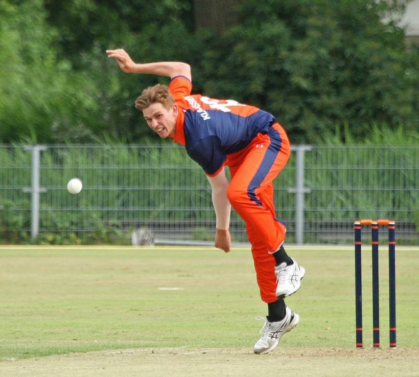 Kent sign Dutch international paceman