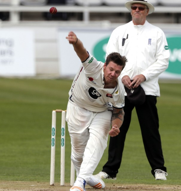 Coles & Gidman help Kent gain maximum bowling points