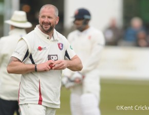 Darren Stevens takes 500th wicket for Kent before big Leicestershire stand